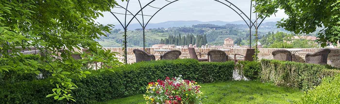 Garden and Pergola Hotel Ravizza Siena with tuscan landscape